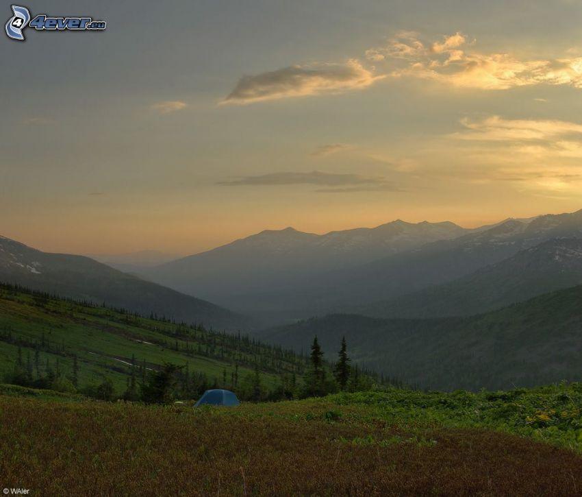 sátor, dombok, kilátás a tájra, napnyugta után
