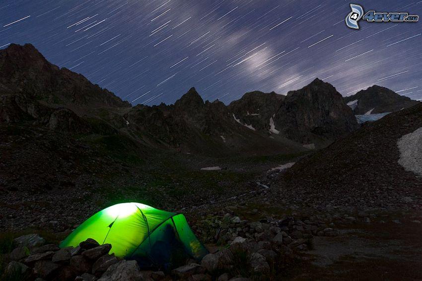 sátor, éjszaka, sziklák, csillagos égbolt