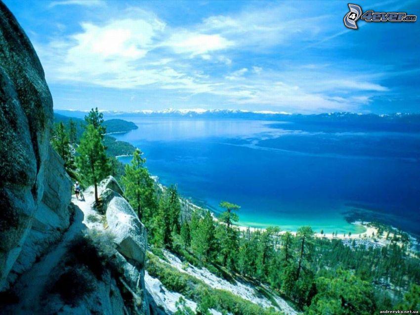 kilátás a szirtről, kerékpáros, tó, tűlevelű erdő