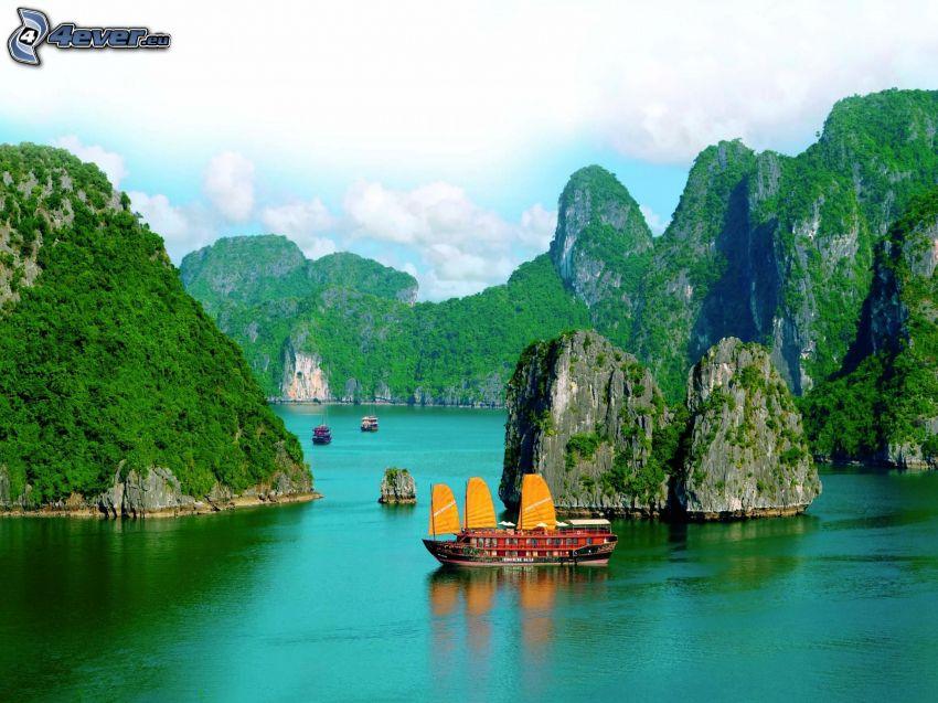 Vietnam, sziklák a tengerben, csónak