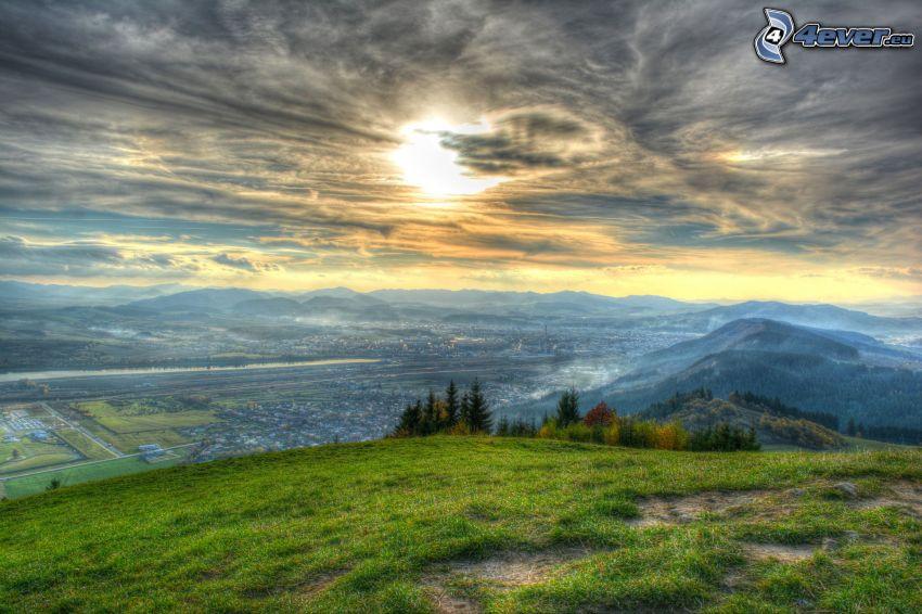 Žilina, Szlovákia, völgy, naplemente a város felett, felhők, HDR, kilátás a városra, nap a felhők mögött