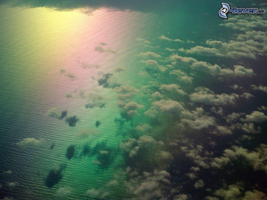felhők a tenger fölött, szivárvány színek, felhők felett