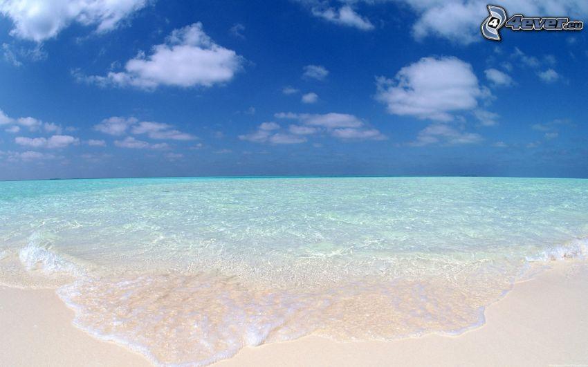 nyári azúrkék tenger, homokos tengerpart