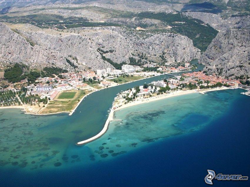 Omiš, Horvátország, tengerparti város, sziklák