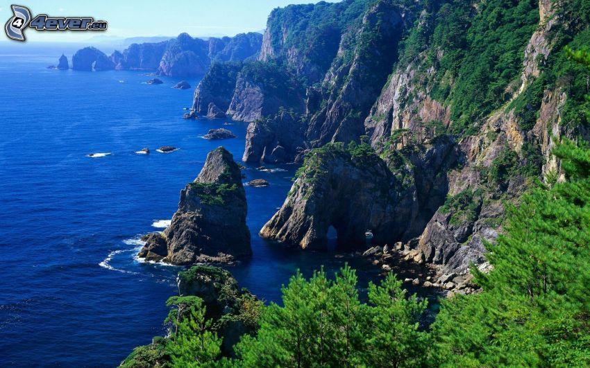 sziklás hegységek, sziklák a tengerben, tűlevelű fák