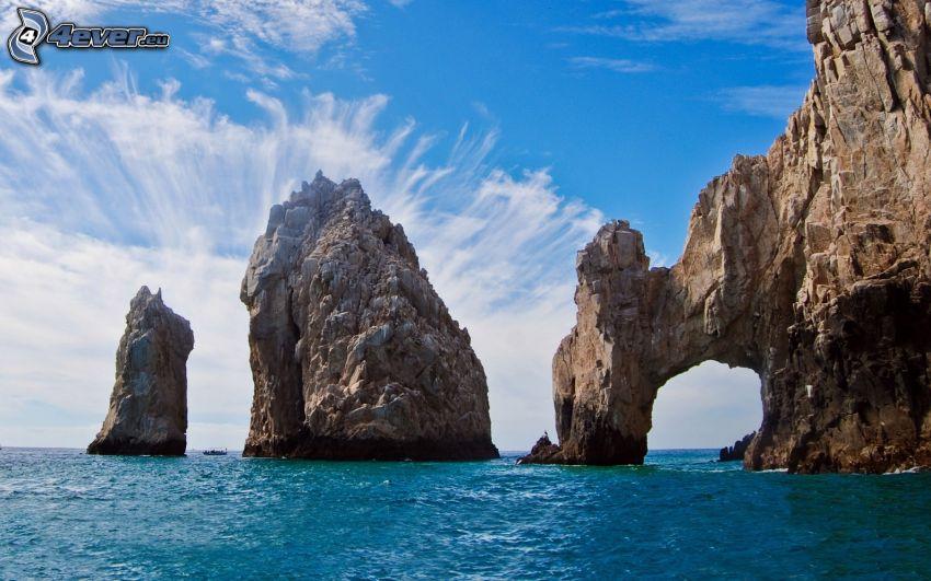 sziklás kapu a tengeren, sziklák a tengerben