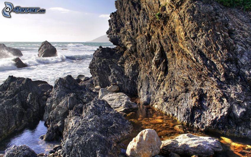 sziklás tengerpart, sziklák a tengerben, hullámok a parton