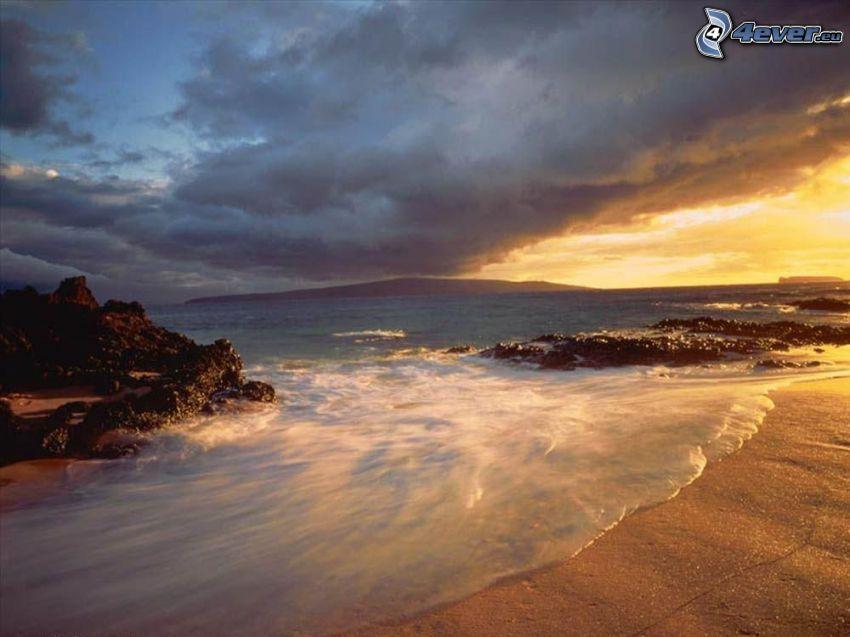 tengerpart naplementekor, tenger, felhők