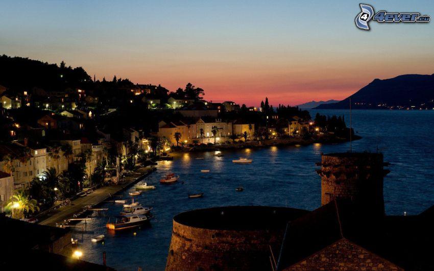 tengerparti város, este, kikötő