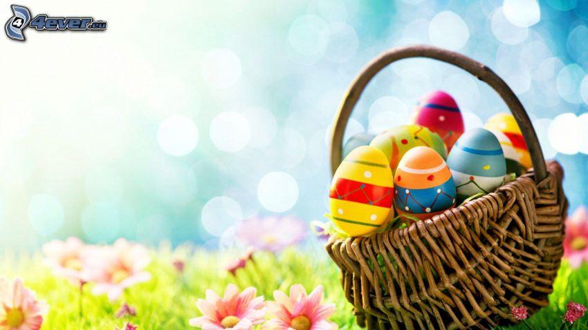 húsvéti tojások, kosár, fű, rózsaszín virágok