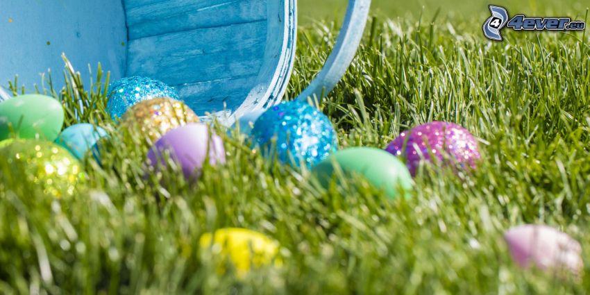 húsvéti tojások a fűben, kosár