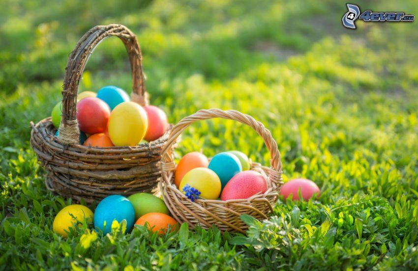 húsvéti tojások a fűben, kosarak