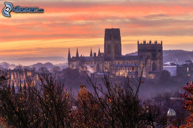 Katedra w Durham, pomarańczowe niebo, po zachodzie słońca