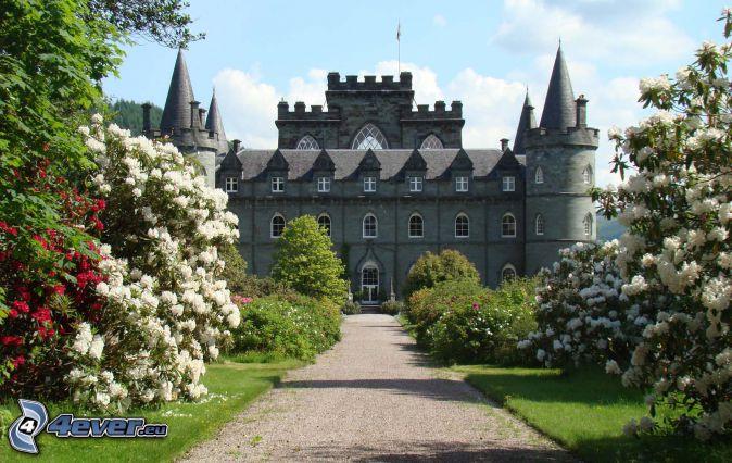 Zamek Inveraray, chodnik, kwitnące drzewa
