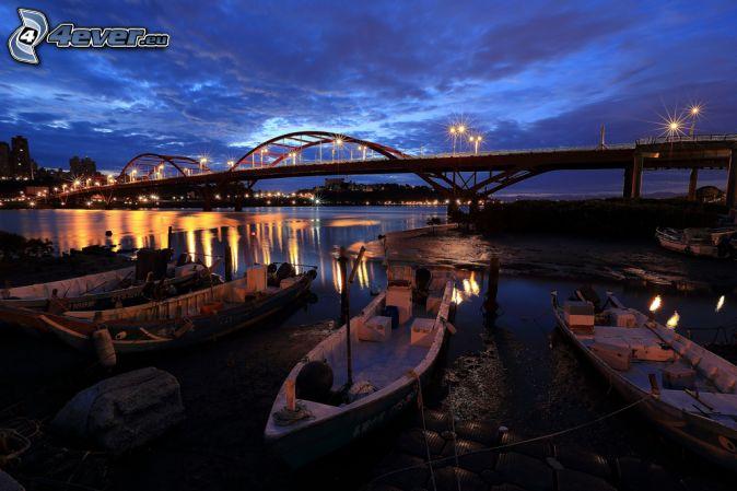 Guandu Bridge, łódki, miasto nocą