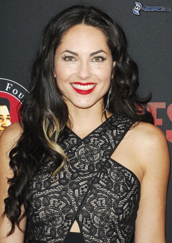 Barbara Mori, uśmiech, czerwone usta, czarna sukienka