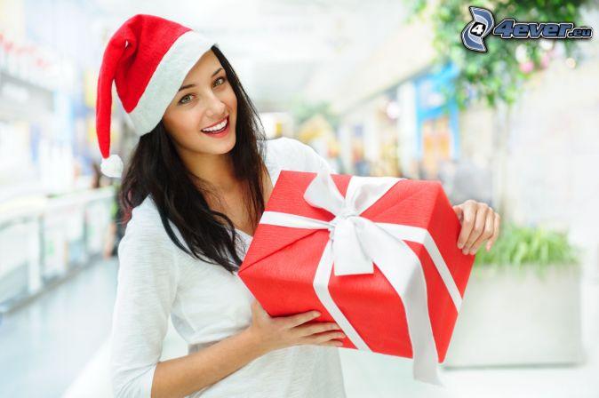 brunetka, czapka Świętego Mikołaja, prezent