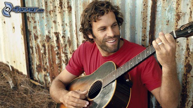 Jack Johnson, gra na gitarze, uśmiech