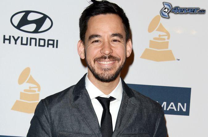 Mike Shinoda, mężczyzna w garniturze, uśmiech