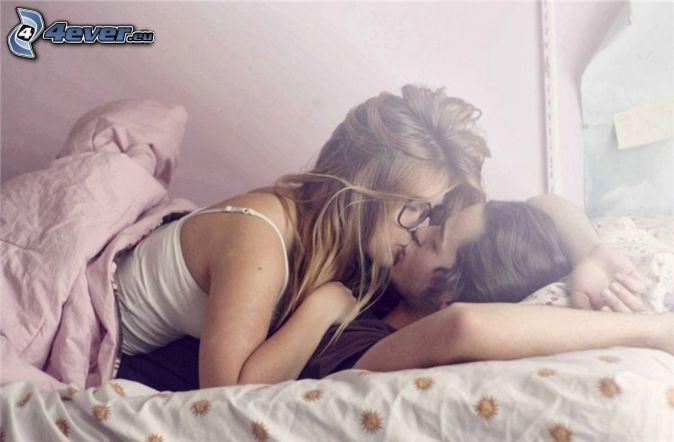 para w łóżku, pocałunek