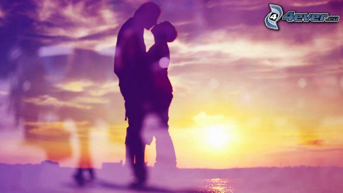 sylwetka pary, pocałunek, po zachodzie słońca