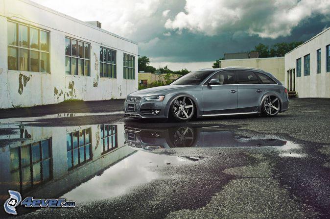 Audi S6, stara budowla, kałuża