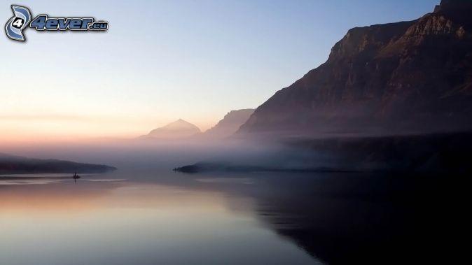 jezioro, mglisty poranek, góry skaliste