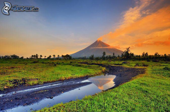 Mount Mayon, kałuża, polna droga, pomarańczowe chmury, łąka, Filipiny