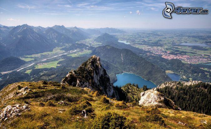 widok na krajobraz, górskie jezioro, skaliste wzgórza