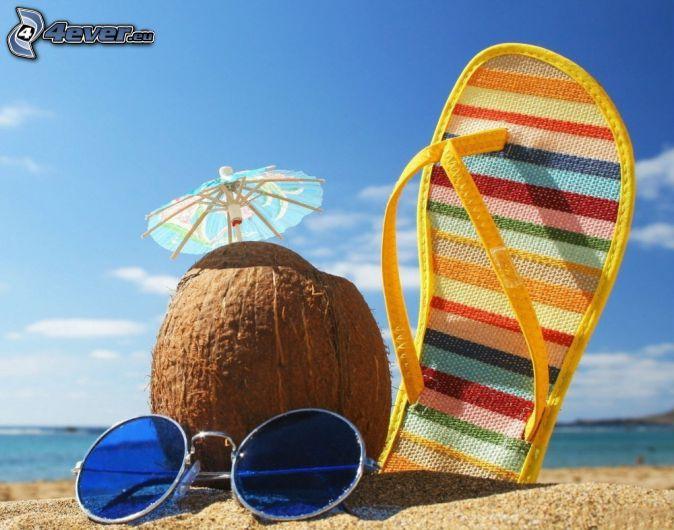 orzech kokosowy, klapki, okulary przeciwsłoneczne, plaża piaszczysta