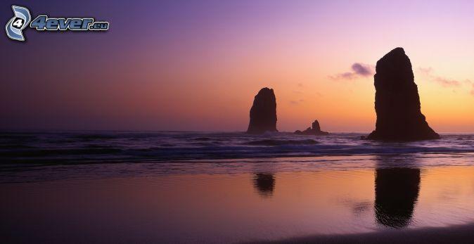 Skały na morzu, po zachodzie słońca