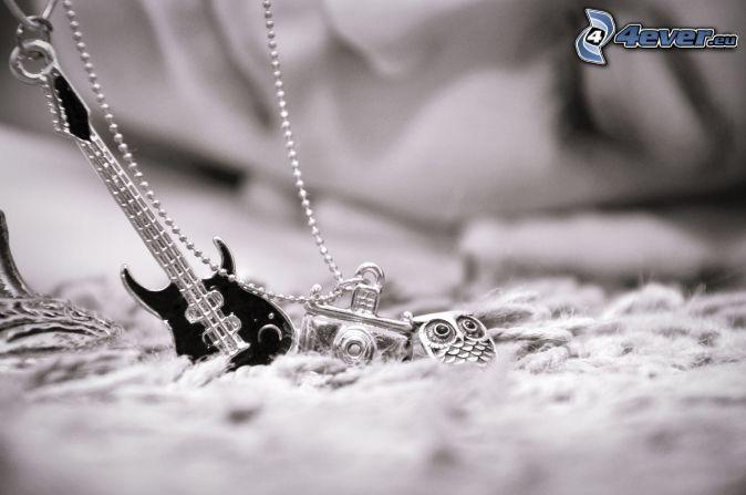 wisiorki, aparat fotograficzny, sowa, gitara, łańcuszek, czarno-białe zdjęcie