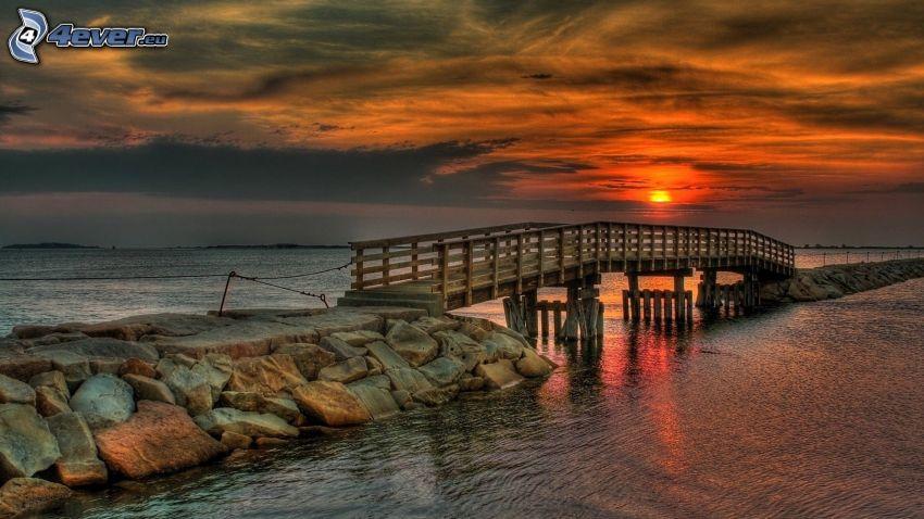 drewniany most, molo, zachód słońca nad morzem