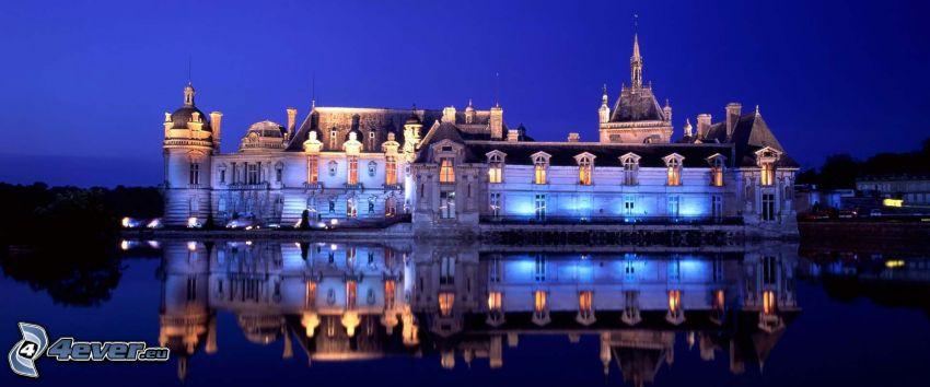Château de Chantilly, noc, jezioro, odbicie