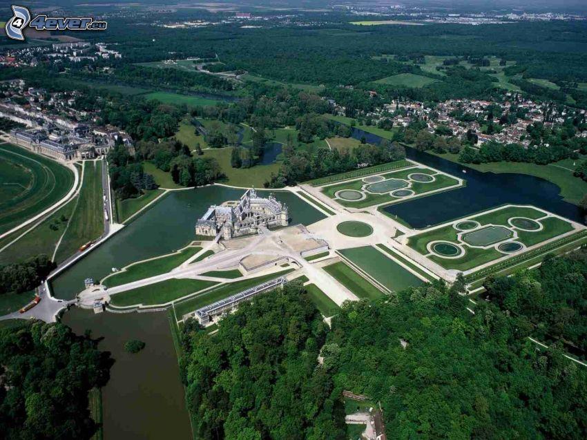 Château de Chantilly, ogród, jeziora, rzeka, lasy i łąki