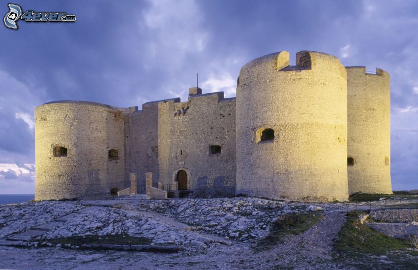 Château d'If, ciemne chmury