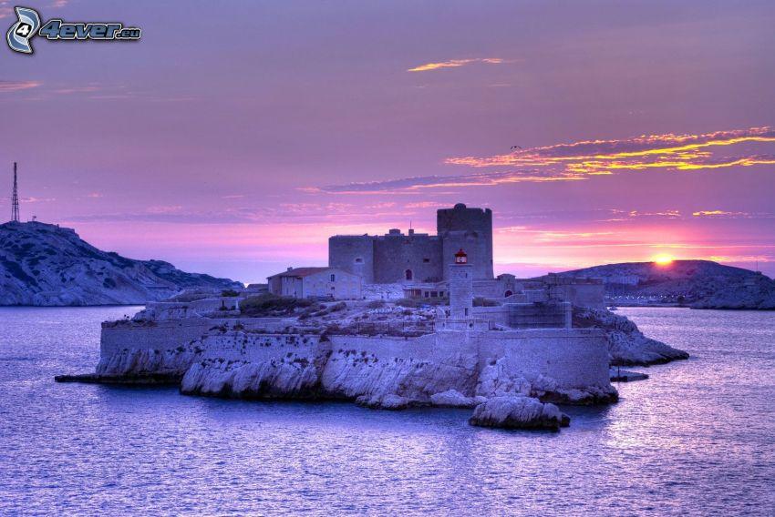 Château d'If, wyspa, zachód słońca za wzgórzem, fioletowe niebo