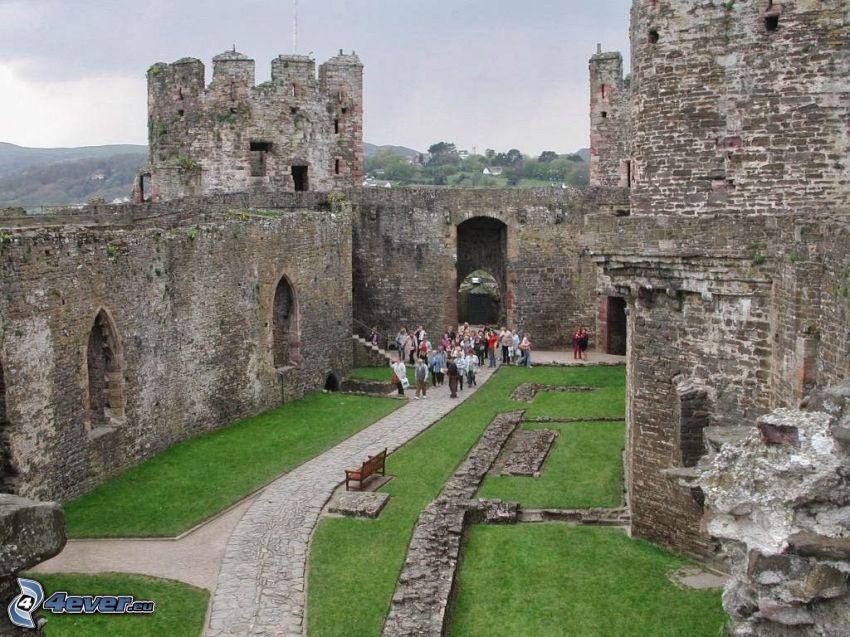 Conwy Castle, dziedziniec, turyści