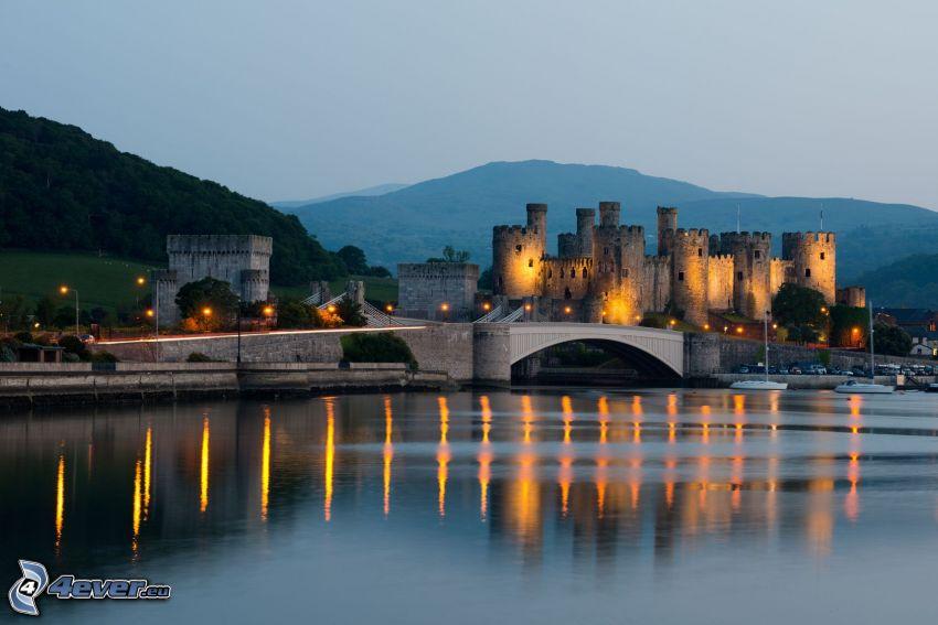Conwy Castle, wieczór, światła, morze
