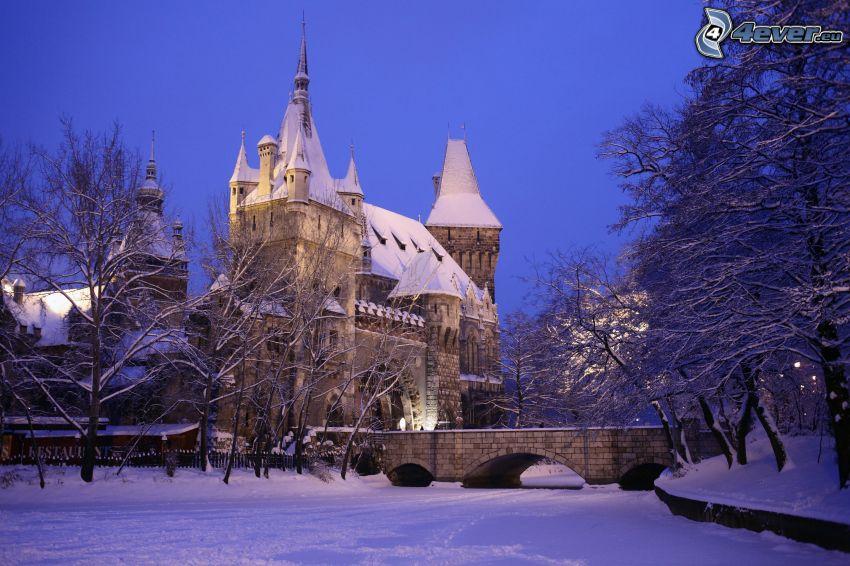 Cortewalle, śnieg, kamienny most, wieczór