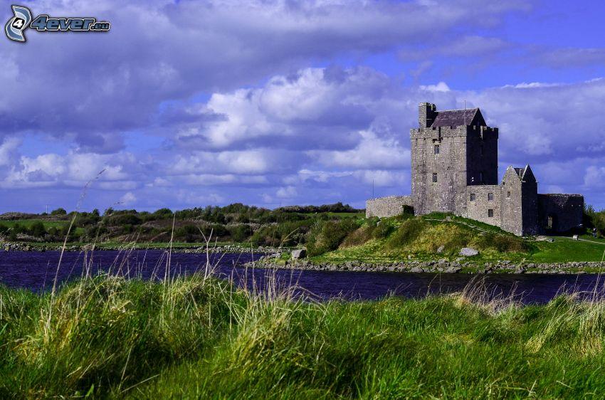 Dunguaire Castle, jezioro, chmury