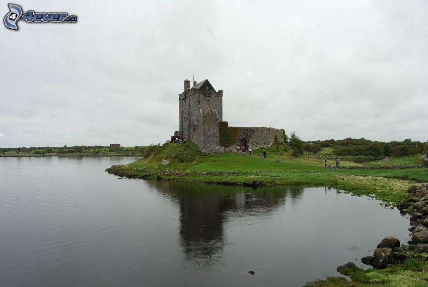 Dunguaire Castle, jezioro, turyści