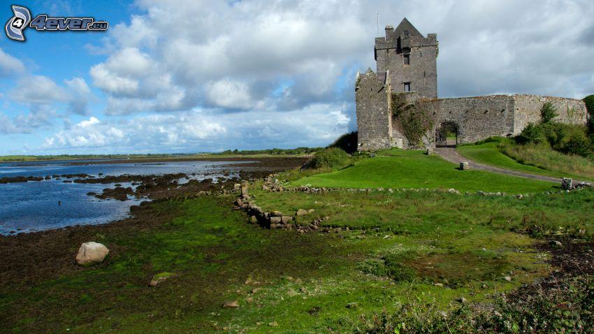 Dunguaire Castle, trawnik, jezioro
