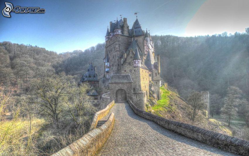 Eltz Castle, promienie słoneczne
