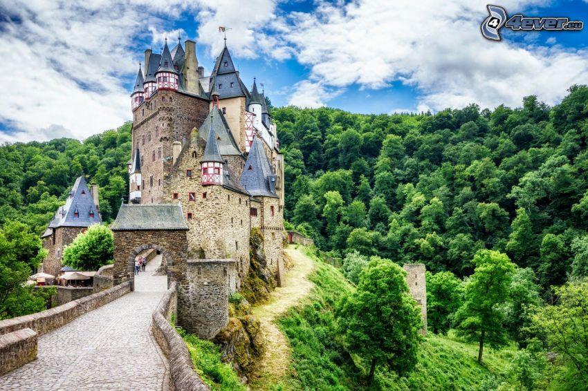 Eltz Castle, zielony las, chmury