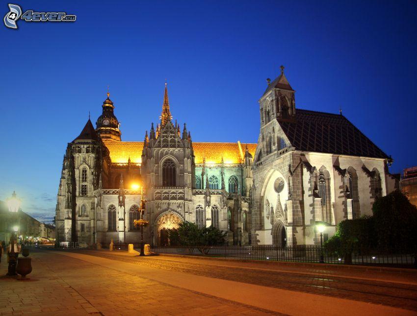 Katedra św.Elżbiety, miasto nocą