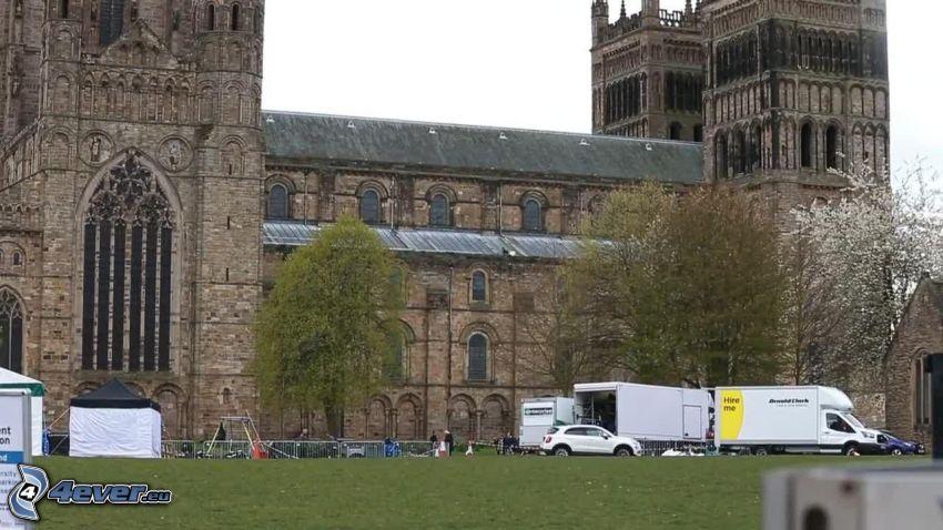 Katedra w Durham, auto dostawcze, drzewa
