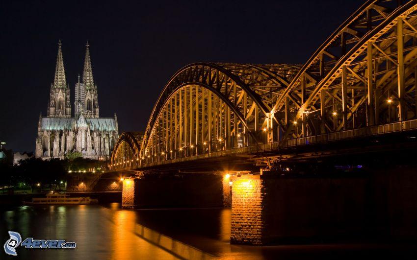 Katedra w Kolonii, oświetlony most, Hohenzollern Bridge, miasto nocą