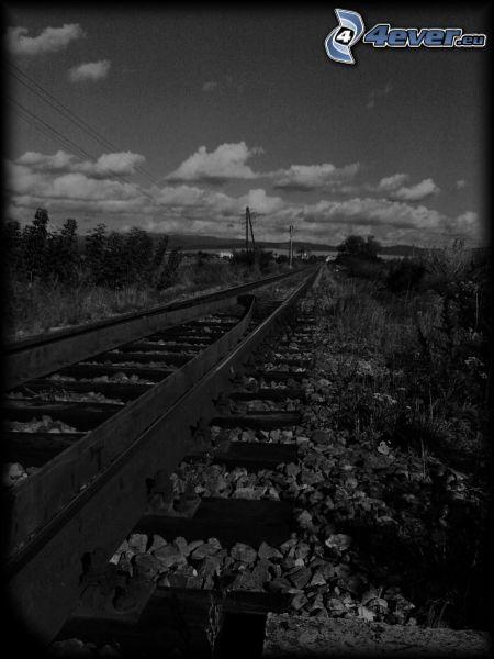 kolej żelazna, tory kolejowe, krajobraz, chmury, czarno-białe zdjęcie