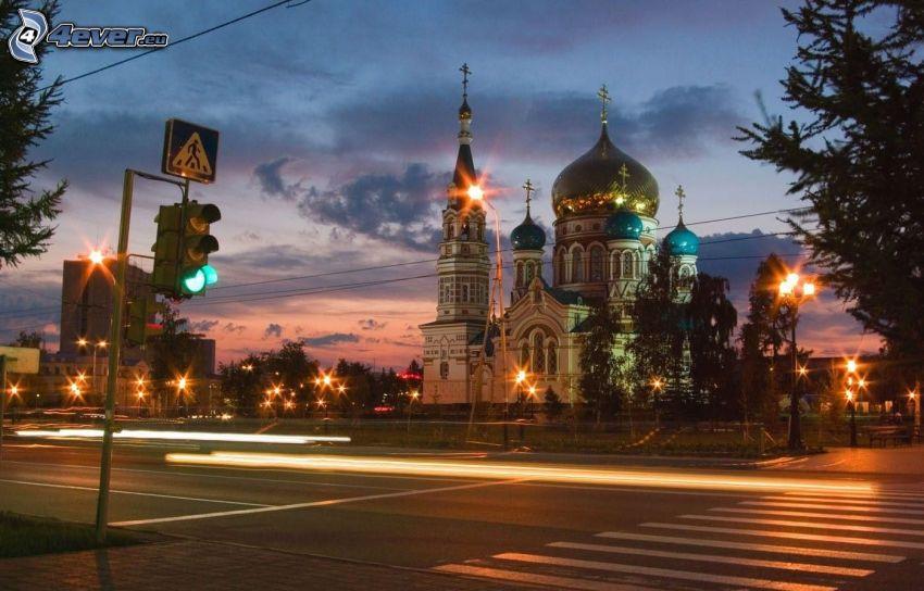 kościół, ulica, semafor, wieczór, uliczne oświetlenie